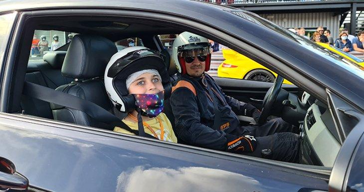 Deux amateurs de voitures prestigieuses